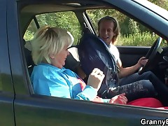 Granny gets screwed in the automobile
