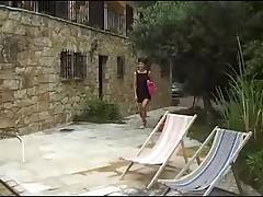 Jennifer et Celine au bord de la piscine