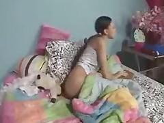 Kiz evde ders calisirken mami kalkiyor