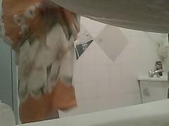 Mature dans la salle de bain