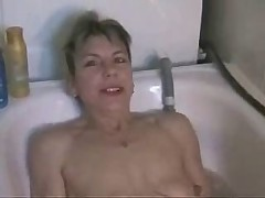 Mature masturbiert in der Badewanne