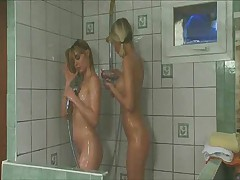 Les vicieuses du pensionnat - Shower (3 on 6)