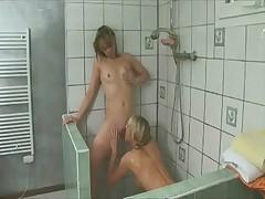 Les vicieuses du pensionnat - Shower (3 on 6)