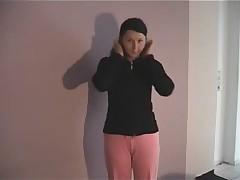 Junges Teengirl beim Rollenspiel zur Musterung