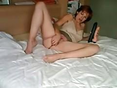 Зрелая тетка мастурбирует на вебкамеру