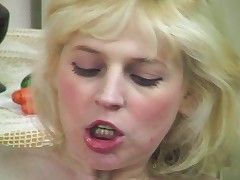 Blonde knows what to do with foodstuff