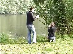 Jeune fille se fait baiser en forêt. -