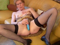 Short-haired mature fuck her puss with dildo