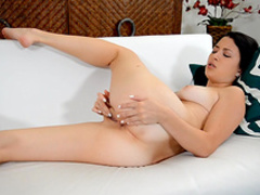 Dark-haired Daisy fuck her own pussy