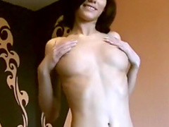 Amateur babe with natural boobies pokes her puss