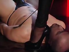 Spandex redhead receives cunnilingus in latex sex video