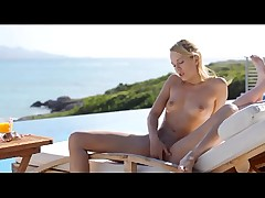 Blonde oils up and masturbates outdoors