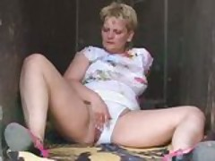 Old chick loves anal