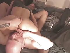 Une femme blonde avec deux hommes bisex