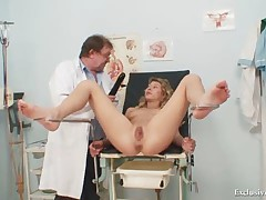 Vanesa extreme pussy gaping on gyno chair at kinky gyno