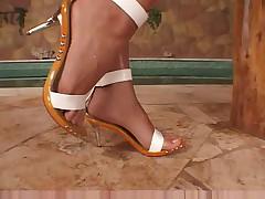 ITALIAN PORNSTAR GIVING A FOOTJOB-HOT