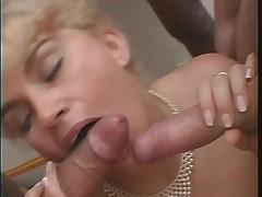 Blonde rondelette gros seins bas noir anal-french amateur