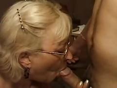 Mature teste le penis d un jeune homme