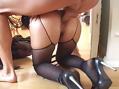 Two girls gets fuck by three guys in this hotel room !
