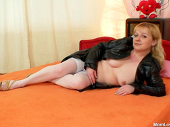 Old lady in stockings fuck pussy solo