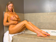 Leggy beauty Amber Michaels is poking her puss