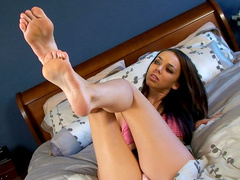Babe Tiffany Tyler is playing with her long legs