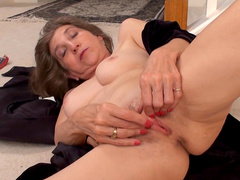 Mature beauty Bobby Bentley is masturbating and getting an orgasm