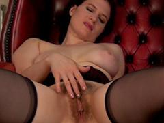 Curvy brunette Brianna Green masturbates her puss
