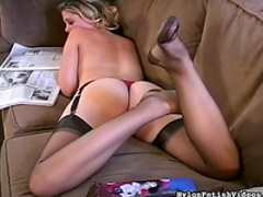 Blonde shows off her juicy asshole on the cam