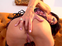 Big-tit beauty Jessica Jaymes pokes her puss