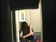 flagrando a priminha hospedada em casa saindo do banho