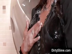 Gloryhole slut taking messy facial