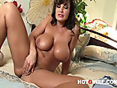 Sexy Pornstar Lisa Ann Up Close and Personal